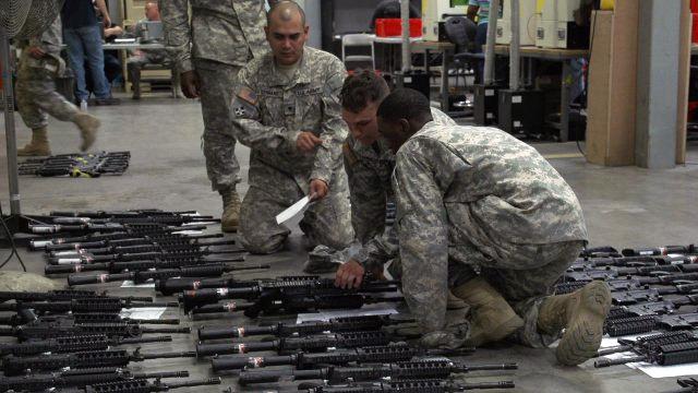 新たに支給されたM4A1カービンを手に取るフォート・ライリーの兵士たち Source: Beefier carbines en route to Soldiers | Article | The United States Army