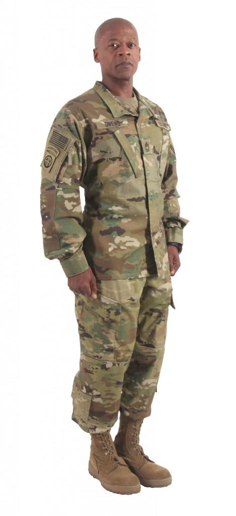 スコーピオンW2迷彩(OCP)が使用された新型ACUを着るベンジャミン・オーウェンス曹長(MSG Benjamin Owens)。上腕部のジッパー付きポケットに注目。 (写真: アメリカ陸軍)