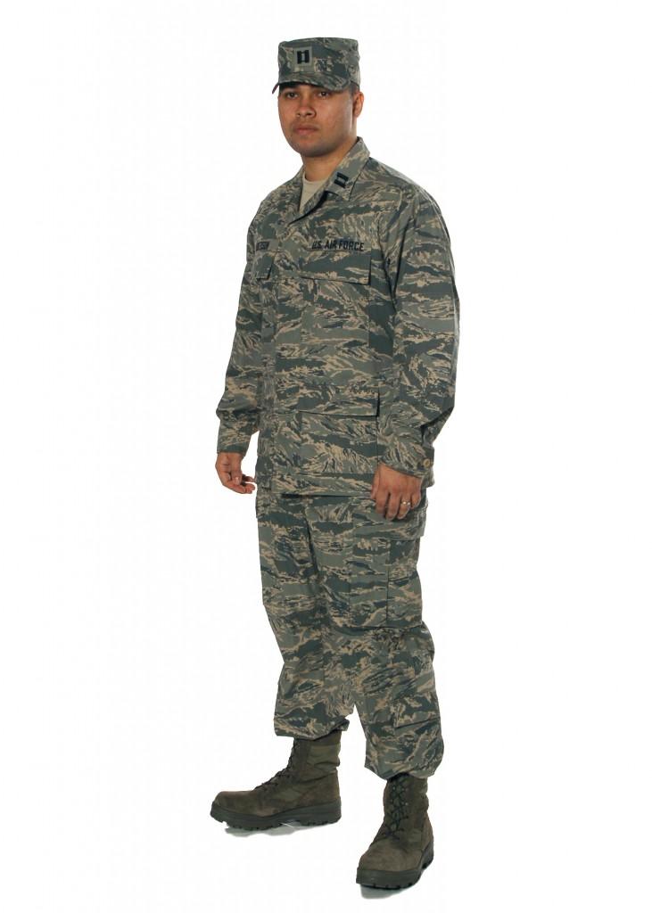 Airman Battle Uniformを着る空軍兵 (出典: Wikimedia Commons)